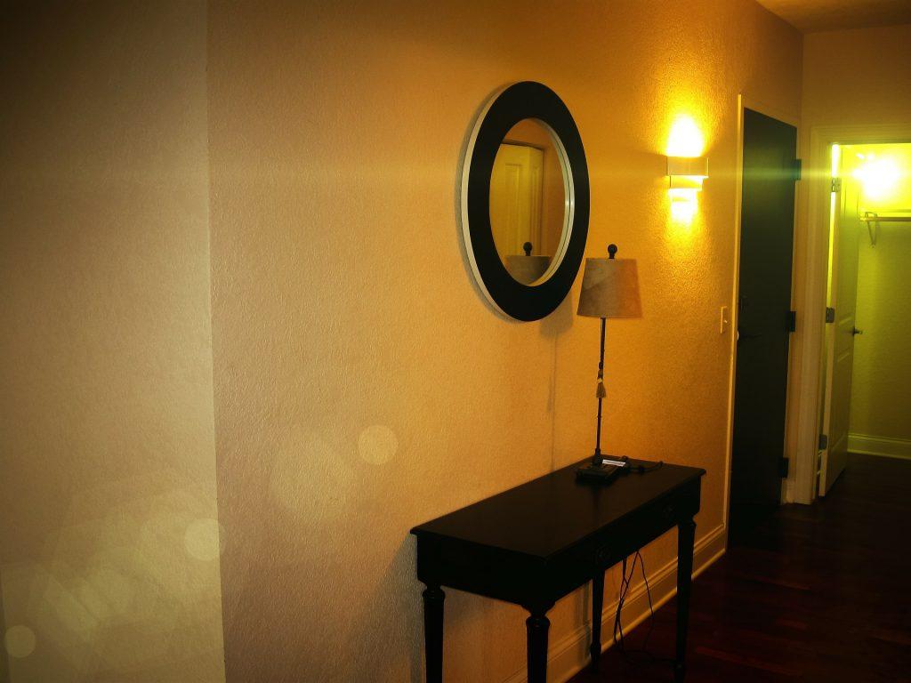 Praktisch: Tischchen mit Spiegel und Tischlampe