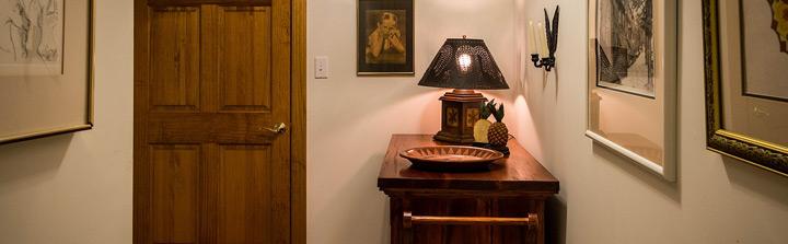 Tischchen mit Spiegel und Tischlampe