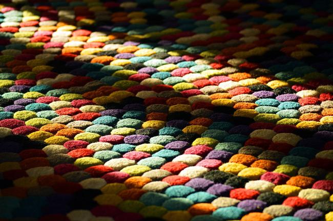 Hässliche Flecken in Teppichen entfernen