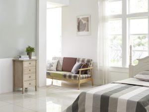 In hellen Farben gestrichene Räume wirken automatisch freundlicher und größer, selbst ohne viele künstliche Lichtquellen. Weiß, Beige und ähnliche Farben reflektieren das Licht und helfen so dabei, nicht unnötig künstliches Licht nutzen zu müssen.